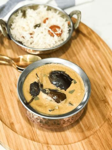 A bowl of bagara baingan is on the plate